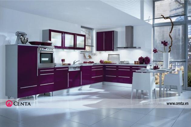 Trong phòng bếp màu trắng tưởng như đơn điệu này, tủ bếp trở thành một điểm nhấn hoàn hảo