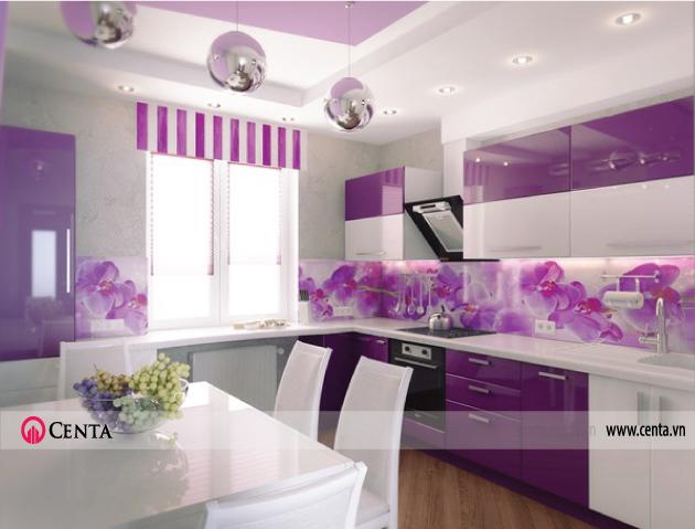 Màu tím được đùng để trang trí tạo ra điểm nhấn cho phòng bếp.