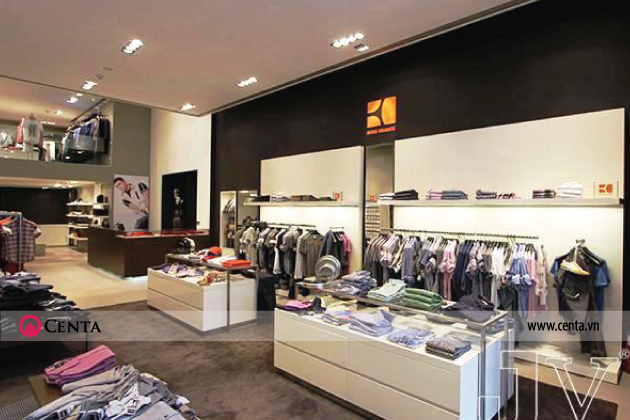 Thiết kế điển hình gian hàng quần áo gồm tủ đựng đồ trưng bày bằng gỗ công nghiệp và giá treo inox