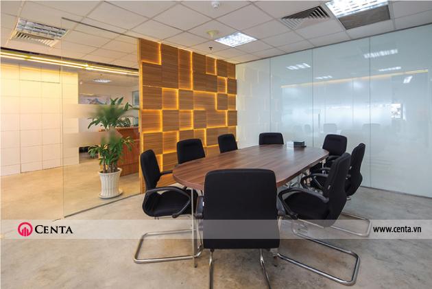 Phòng họp với hệ vách ngăn được thiết kế theo ý tưởng các ô vuông đan xen nhau. văn phòng 130m2