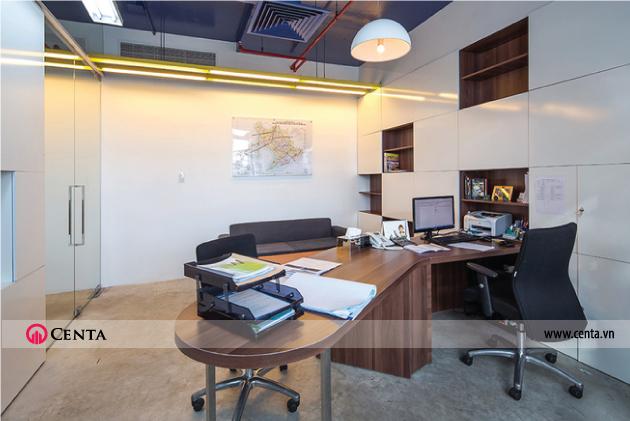 Phòng giám đốc với bàn làm việc lớn và hệ kệ tủ đa năng cao đến trần văn phòng 130m2