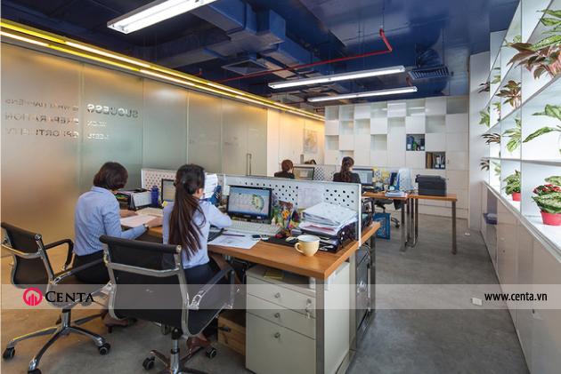 Hệ lam thép sơn trắng có vai trò che chắn nắng chiều và là giàn đặt cây xanh, hoa lá, làm tăng thêm sức sống cho văn phòng
