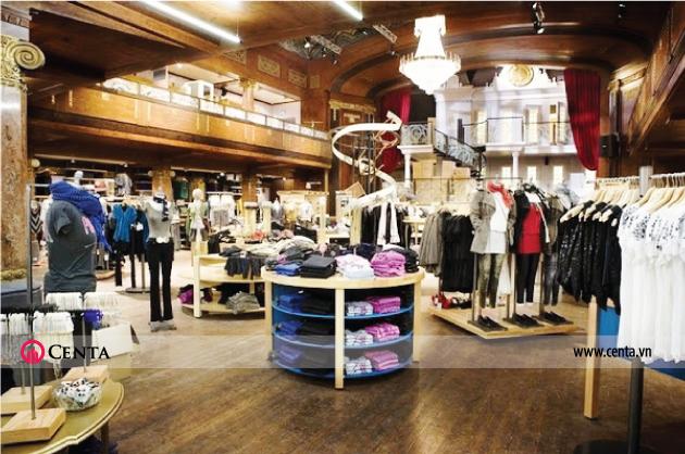 Gian hàng quần áo trong trung tâm thương mại thiết kế có tủ để đồ tròn, giá inox treo quần áo