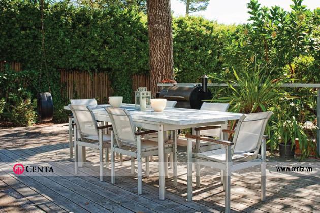 Sử dụng bàn ăn ngoài trời trong thiết kế sân vườn biệt thự