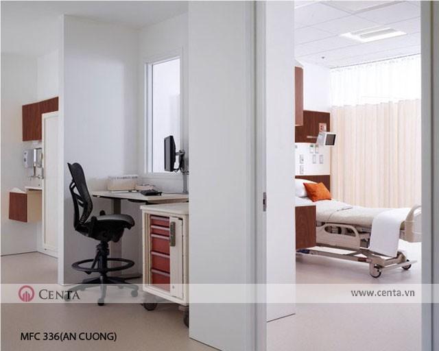 Phòng bệnh có giường nằm và bàn làm việc cho nhân viên y tá chăm sóc