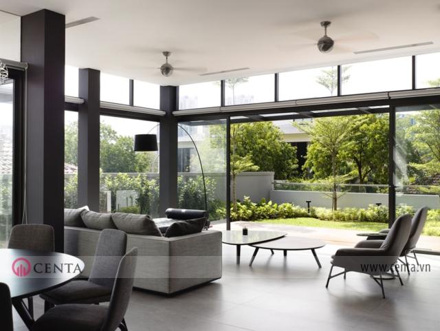 Các lớp nan cửa được thiết kế lấy ánh sáng, gió cho các căn phòng nội thất biệt thự hiện đại