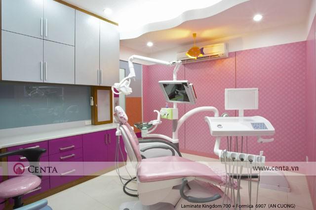 Bàn khám răng với máy móc chuyên dụng và nội thất là tủ để đồ