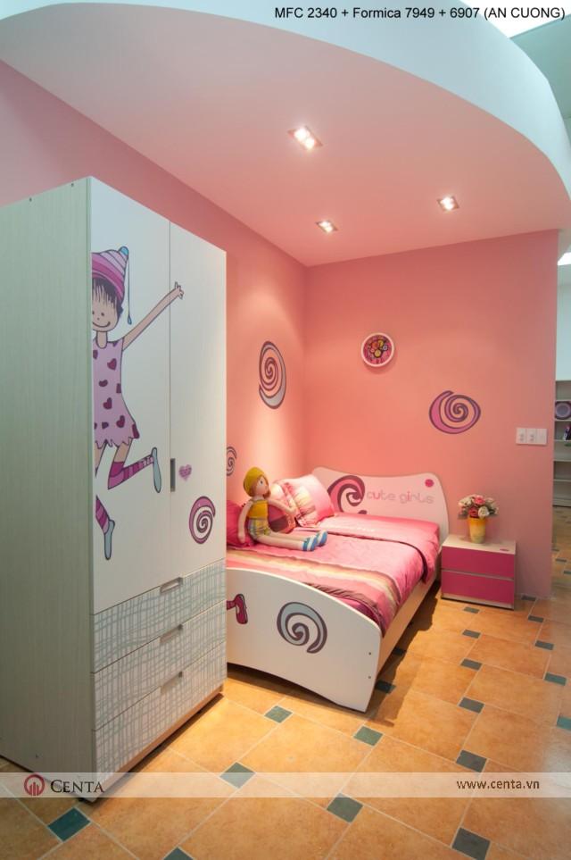 Phòng ngủ cho bé gái 15 tuổi sơn màu hồng và trắng có búp bê
