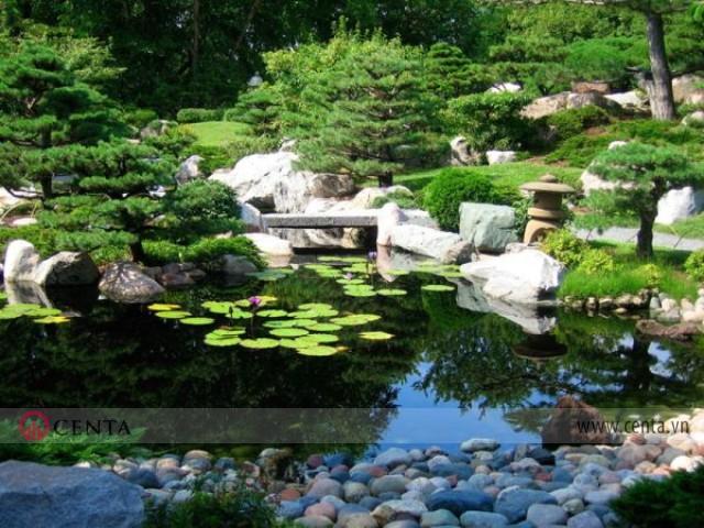 những địa hình tự nhiên như gò, núi…và cùng với cây xanh, thực vật trong sân vườn