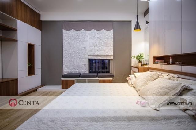 Phòng ngủ của bố mẹ rộng rãi với tông trắng, xám và gỗ