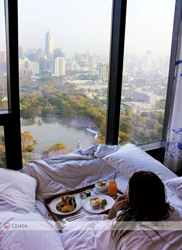 Phòng ngủ tòa tháp chung cư nhìn ra cửa kính thành phố đẹp