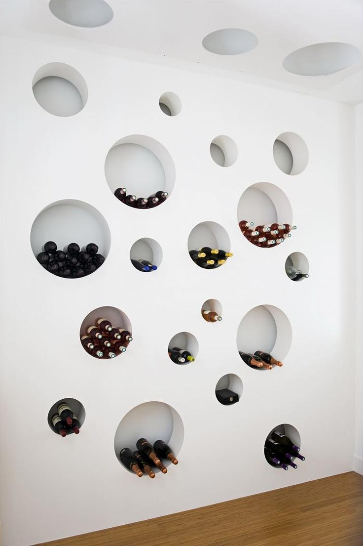 Thiết kế nội thất sáng tạo cho tủ rượu màu trắng hình tròn