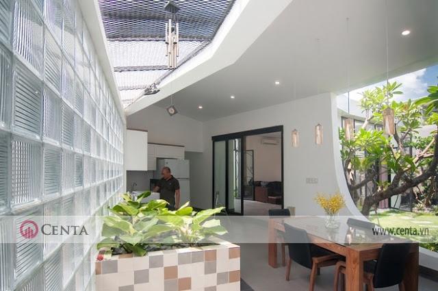 không gian phòng khách thoáng mát hòa mình cùng thiên nhiên cây xanh