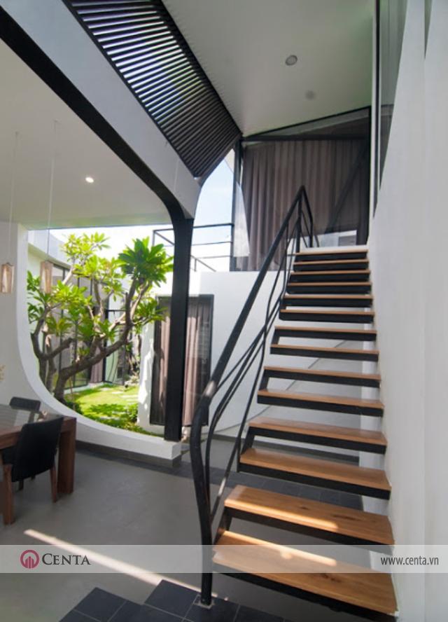 Nhà vườn đẹp cầu thang sắt thanh thoát sân vườn xanh mướt