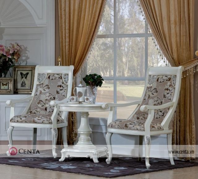 Bộ bàn ghế uống trà bên cạnh cửa sổ nhìn qua cửa kính ra vườn lớn