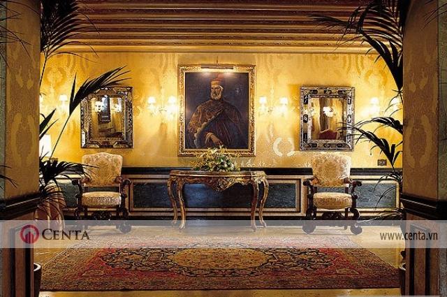 phòng thư giãn ngồi uống trà trang trí cầu kỳ kiểu cổ điển có tranh treo tường