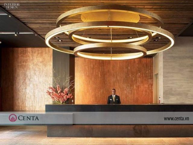 Sảnh đón khách sạn trang trí hệ quầy lễ tân hiện đại, dài, thẳng kết hợp hệ đèn chiếu sáng