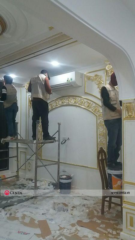 Hình ảnh thợ thi công phào chỉ pu và dát vàng cho biệt thự