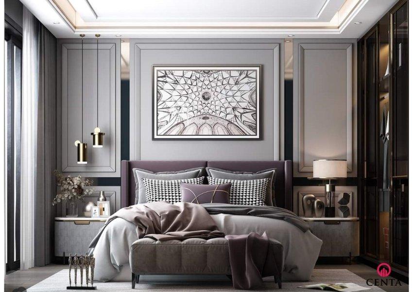 Phòng ngủ có giường bọc nỉ màu tím, khăn trải giường màu be, đâu giường dán giấy màu ghi, rèm voan trắng, tủ áo cánh kính